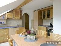 Kuchyně s jídelním stolem v podkroví