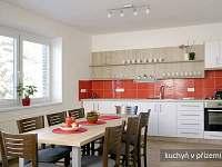 kuchyně s jídelním stolem v přízemí