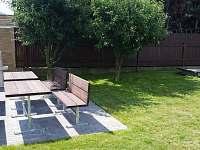 Zahradní vybavení - posezení s grilem a pískoviště pro dolní apartmán