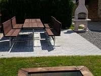 Zahradní vybavení - posezení s grilem a pískoviště pro horní apartmán