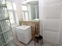 Jedna z koupelen v patře - chalupa k pronájmu Holčovice - Komora