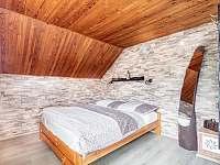Ložnice s TV a výstupem na prostorný balkon s posezením - chata ubytování Hynčice pod Sušinou