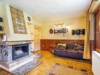Obývací pokoj s krbem - chata ubytování Hynčice pod Sušinou