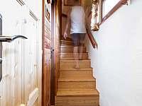 Prostorné schodiště do prvního patra - chata k pronájmu Hynčice pod Sušinou
