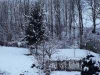 Zahrada s posezením a otevřeným ohništěm. - Vajglov