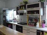 Kuchyn v přízemí - rekreační dům k pronájmu Ostružná