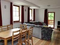 Společenská místnost s jídelnou - chata k pronájmu Kouty nad Desnou