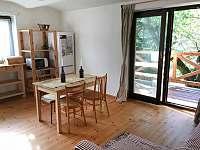 Chalupa Pod lesem - Obývací pokoj - dveře na pergolu - ubytování Hanušovice