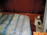 Ložnice na levé straně podkroví - pronájem chaty Vernířovice