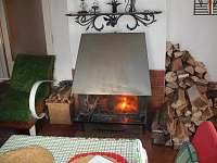 Obývací pokoj s krbem - chata k pronájmu Vernířovice