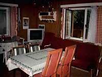 Obývací pokoj v původní zděné chatě