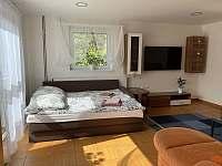 možnost dvou přistýlek v obývacím pokoji - apartmán k pronajmutí Česká Ves