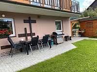 posezení pod balkónem s grilem - apartmán ubytování Česká Ves