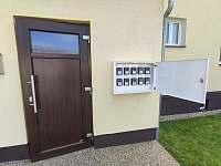 Vstup do objektu se schránkou na klíče - apartmán k pronajmutí Karlovice