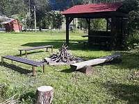 ohniště s přístřeškem - chata k pronájmu Ramzová