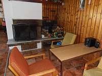 posezení u krbu -společenská místnost - chata ubytování Ramzová
