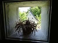 okýnko na schodišti - chalupa k pronájmu Ludvíkov