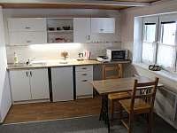 Kuchyňka a jídelna v přízemí - chata ubytování Ostružná - Petříkov