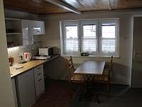 Pohled ven přes kuchyňku - pronájem chaty Ostružná - Petříkov