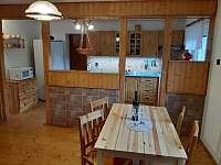 Chalupa u Lešků - společenská místnost a kuchyň - pronájem Bělá pod Pradědem
