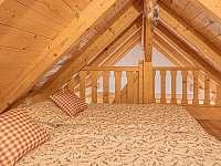 spaní nad hambálkama - druhé patro ložnice - chalupa k pronajmutí Branná