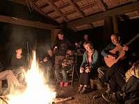 ohniště - chalupa k pronájmu Holčovice - Spálené