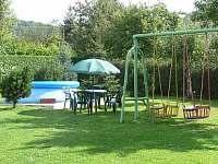 bazén, zahradní nábytek , čtyři houpačky