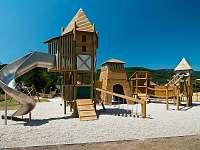dětské hřiště v obci - pronájem chalupy Loučná nad Desnou