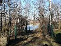 Pohled od brány k druhému rybníčku - chata k pronájmu Uhelná