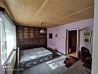 Ložnice průchozí z dětského pokoje - chalupa k pronájmu Obědné