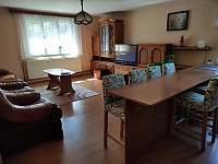 Společenská místnost s kuchyní - chalupa k pronajmutí Obědné