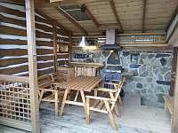 kryté venkovní posezení s grilem - chata k pronájmu Suchá Rudná