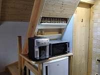 Prostor pod schodištěm-součást kuchyňského koutu - chata k pronajmutí Suchá Rudná
