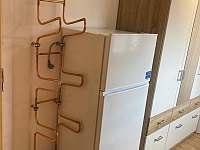 vstupní chodba sušák, lednice s mrazákem, šatní skříň - apartmán k pronajmutí Malá Morávka