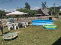 bazén s posezením - chalupa k pronájmu Bartoňov