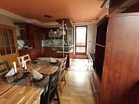 Kuchyně s prostorem pro stolování s výhledem do zahrady - vila k pronájmu Bělá pod Pradědem - Adolfovice