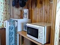 Druhá strana kuchyně - mezi je okno. - chata ubytování Petříkov