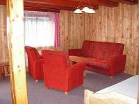 Obývací pokoj s jídelnou + LCD televize.