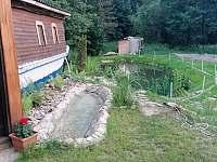 Chalupa Morava, rybník a nádrž s kameny na prokrvení nohou - Hrabenov
