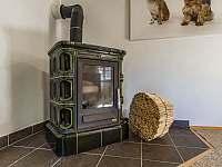 V pokoji číslo 1 se nachází i krásná krbová kamna - Vernířovice