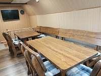 Ve společenské místnosti je připravené posezení pro všechny hosty - pronájem chalupy Vernířovice
