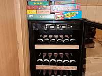 Vinotéka na 24 lahví vína udělá radost dospělým, společenské hry zase dětem. - Vernířovice