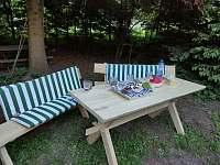 Zahrada, stůl, lavice - apartmán ubytování Jindřichov