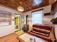 Obývací pokoj s krbovými kamny - chata k pronajmutí Supíkovice