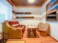 Obývací pokoj s rozkládací sedačkou - chata k pronájmu Supíkovice