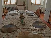 Stůl v kuchyni - apartmán ubytování Vidnava