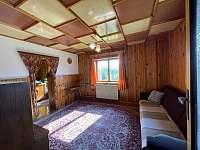 Obývací pokoj s možností přistýlky - chata k pronajmutí Veveří
