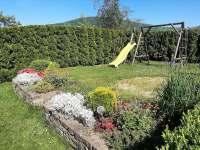 Zahrada se skluzavkou, houpačkou a trampolínou - apartmán k pronájmu Zlaté Hory
