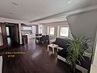 obývací pokoj s kuchyní - chalupa k pronajmutí Písečná