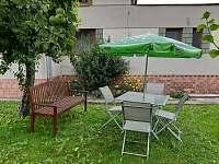 posezení na zahradě - apartmán k pronájmu Skorošice